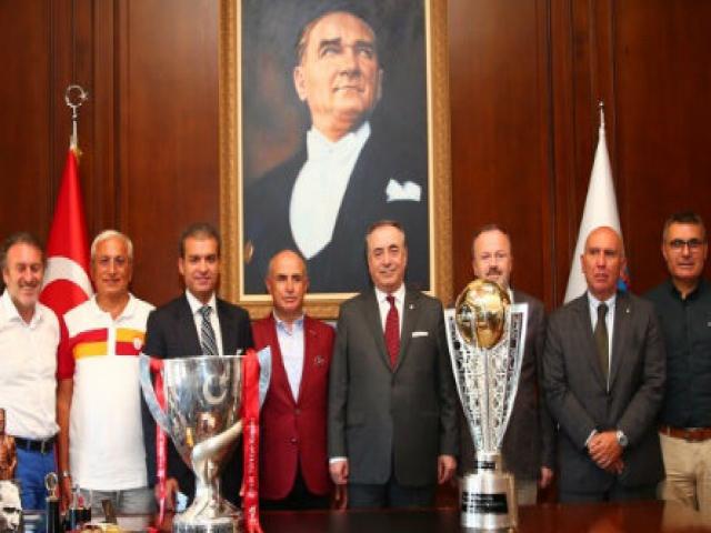 Büyükçekmece Şampiyonluk Anıtı'na Galatasaray Bayrağı Çekildi